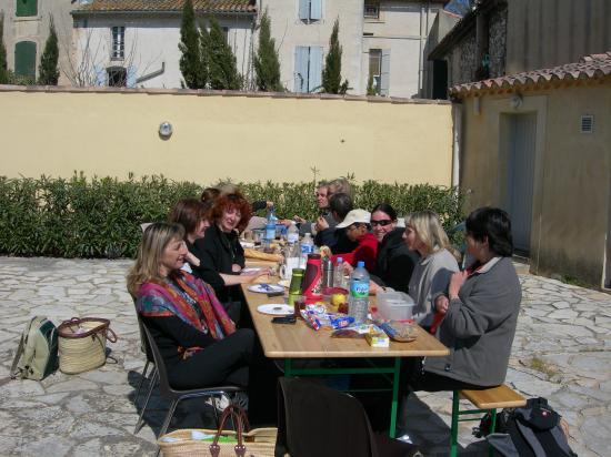 repas dans la cour du centre culturel